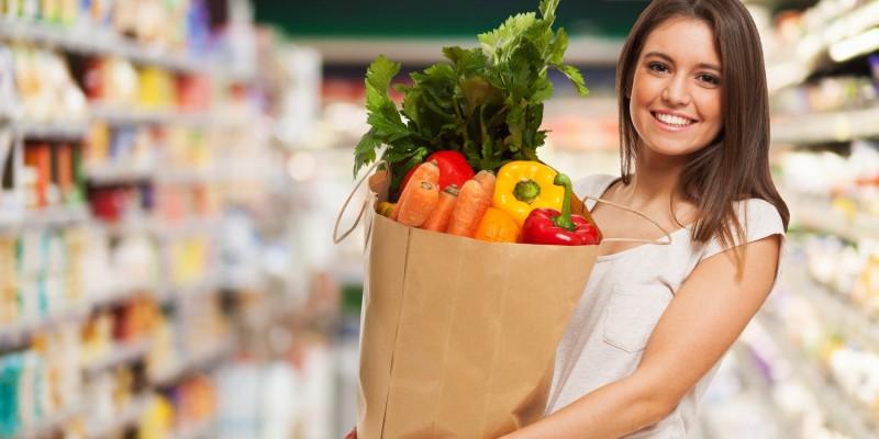 Frau im Supermarkt beim gezielten Einkauf