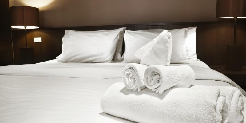 Hotelzimmer mit breitem Doppelbett