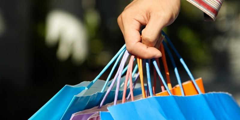 Frau mit Einkaufstüten beim Shoppen